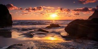 Острова Uttakleiv полуночные Sun_Lofoten в Полярном круге стоковые фотографии rf