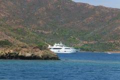 Остров в голубом Эгейском море Стоковые Изображения