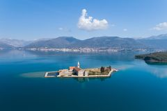 Остров в заливе Gospa od Milosti Tivat стоковое фото