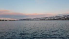 Остров города Tromsoe с спокойными волнами сини и живым небом акции видеоматериалы