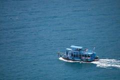 Остров Дао, Таиланд - 12-ое июня 2016: Шлюпки для принимают туристам g Стоковые Фотографии RF