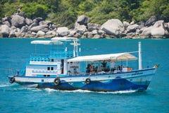 Остров Дао, Таиланд - 12-ое июня 2016: Шлюпки для принимают туристам g Стоковые Изображения RF