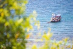 Остров Дао, Таиланд - 12-ое июня 2016: Шлюпки для принимают туристам g Стоковые Фото