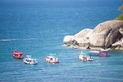 Остров Дао, Таиланд - 12-ое июня 2016: Шлюпки для принимают туристам g Стоковое Изображение RF