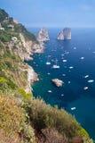 остров Италия capri Вертикальный прибрежный ландшафт Стоковое Изображение