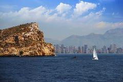 Остров и парусник Benidorm близко к пляжу города Benidorm стоковое изображение rf