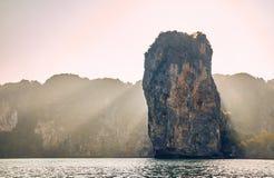 Остров и утес в Таиланде стоковое изображение rf