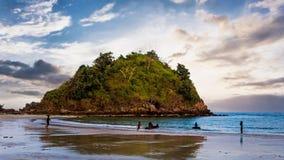 Остров и чистый пляж на twilight времени Стоковые Изображения