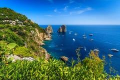Остров Капри, пляж и скалы Faraglioni, Италия, Европа Стоковое фото RF