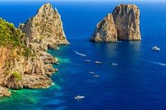 Остров Капри, пляж и скалы Faraglioni, Италия, Европа Стоковые Фотографии RF