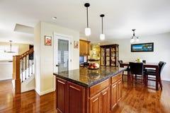 Остров кухни с верхней частью гранита в светлой комнате Стоковое Изображение