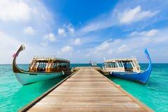 Остров Мальдивов традиционные шлюпки для туриста и туризм для snorkeling и ныряя взгляда от деревянной молы стоковые изображения