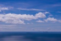 Остров моря и голубое небо Стоковое Изображение