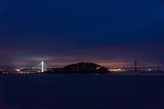 Остров моста и сокровища San Francisco Bay на ноче Стоковая Фотография RF
