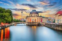 Остров музея на реке оживления и ТВ Alexanderplatz возвышаются в центе стоковые фотографии rf