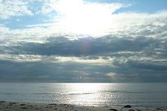 остров на горизонте, облака над морем, живая природа севера Стоковое Изображение RF