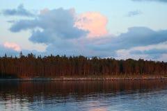 Остров на горизонте, облака над морем, живая природа севера Стоковые Изображения RF