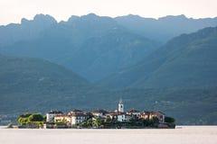 Остров на предпосылке высоких гор Стоковое Изображение