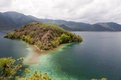 Остров озера гор Стоковые Изображения
