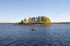 Остров осени на озере в солнечном дне Стоковое Изображение