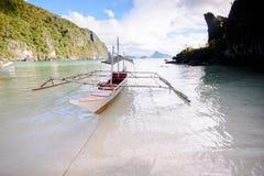 Остров рая и кристалл - чистая вода El Nido, Palawan, Phi Стоковые Изображения
