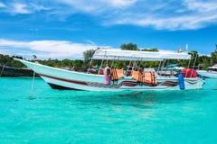 Остров рая с шлюпкой длинного хвоста Стоковые Фотографии RF