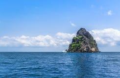 Остров рая с яхтой Стоковое Фото