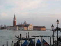 Остров Сан Giorgio Maggiore и гондолы, Венеция, Италия Стоковая Фотография