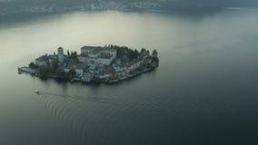 Остров Сан Giulio над озером Orta снятый на заходе солнца - воздушном взгляде 4k - снятый в Италии 2019 акции видеоматериалы