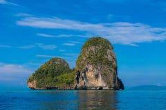 Остров скалы известковой скалы в заливе Krabi, залив Ao Nang, Railei и Tonsai приставают Таиланд к берегу Стоковые Фото