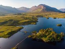Остров 12 сосен, стоя на шикарной предпосылке сформированной острыми пиками горной цепи вызвал 12 Bens, графство Ga Стоковые Фотографии RF