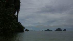 Остров с утесами в лазурном море около пляжа акции видеоматериалы