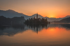 Остров с церковью в кровоточенном озере, Словении на восходе солнца Стоковое Изображение