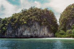 Остров Таиланда перерастанный с растительностью в голубом океане Стоковые Фото