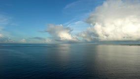Остров Тихого океана и Irabu сразу после восхода солнца видеоматериал