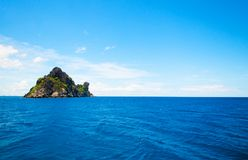 Остров утеса в голубом море Стоковое Изображение RF