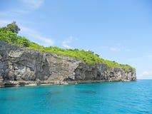 Остров утеса с травой и деревья на верхней части стоковое изображение