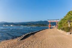 Остров Aoshima и японское torii с солнечностью стоковая фотография