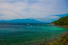 Остров Apo, Филиппины, взгляд от верхней части: море, гора и шлюпки Стоковое фото RF
