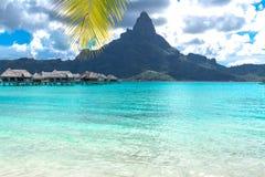 Остров Bora Bora, Французская Полинезия Истинный рай с водой бирюзы Назначение искомое парами на медовом месяце стоковая фотография