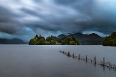 Остров Derwent под бурными облаками стоковые изображения