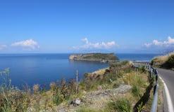 Остров Dino и голубое море, Isola di Dino, Прая конематка, Калабрия, южная Италия стоковая фотография rf