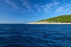 Остров Geen на голубых морской воде и небе стоковая фотография
