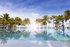 Остров Honeymooners o тропический Маврикия, sunbeds с лист ладони покрывать зонтики толя Стоковые Изображения