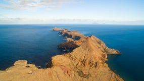 Остров Ilheu da Cevada делает Farol - самый восточный пункт на Мадейре - взгляд от Ponta Furado Стоковые Фотографии RF