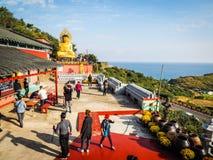 Остров Jeju, КОРЕЯ - 12-ое ноября: Турист посетил Sanbanggul Стоковые Изображения