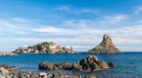 Остров Lachea и стог моря, геологохимические характеристики в Acitrezza (Сицилия) стоковая фотография