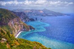 Остров Lipari, Италия, красивый вид на острове Vulcano от острова Lipari Стоковые Изображения RF