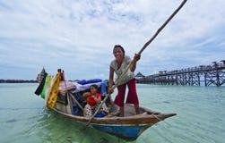 ОСТРОВ MABUL, МАЛАЙЗИЯ 23-ье сентября: Неопознанное море Bajau дальше Стоковая Фотография RF