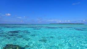 Остров Maupiti, тени голубого открытого моря лагуны bora Французской Полинезии стоковые фотографии rf